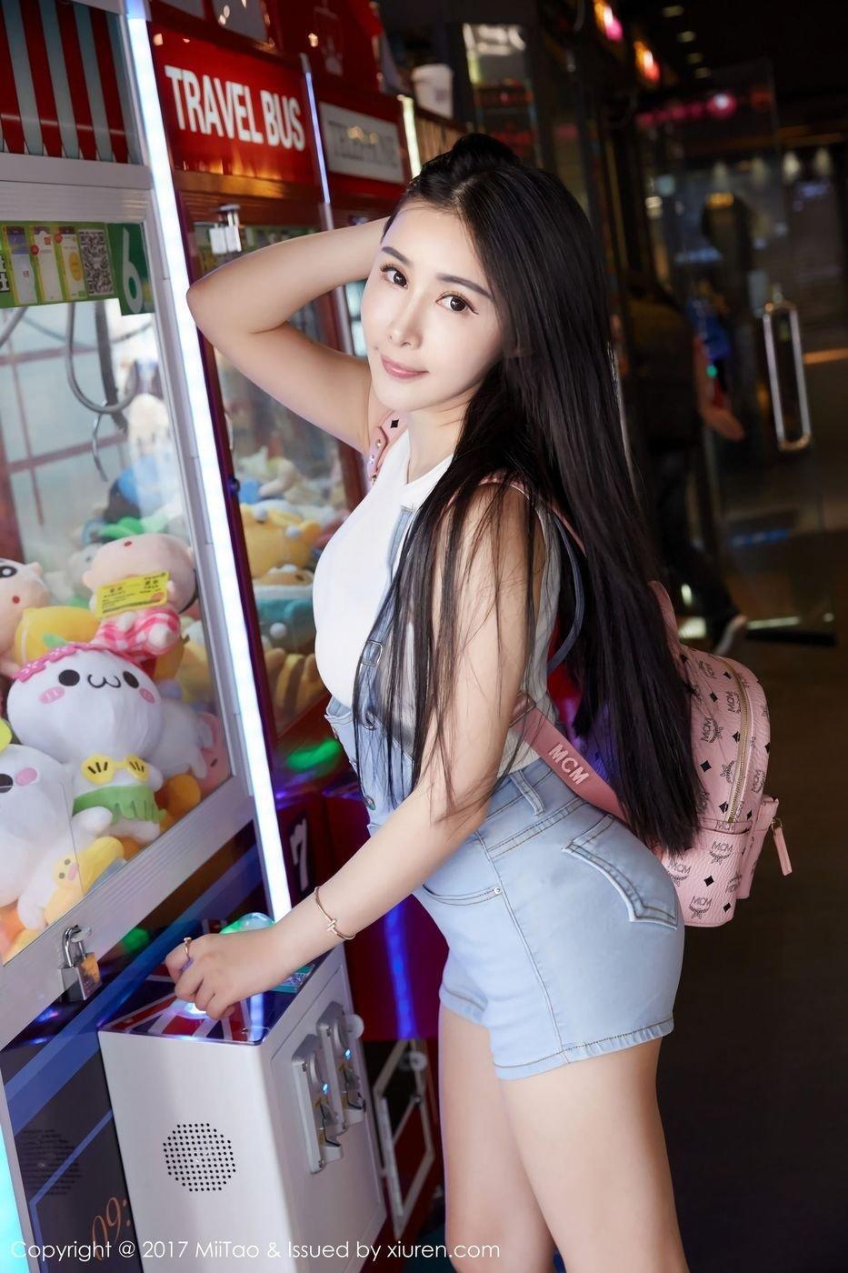 性感美女陆萱萱深V低胸街头大秀雪白胸脯诱人写真图片