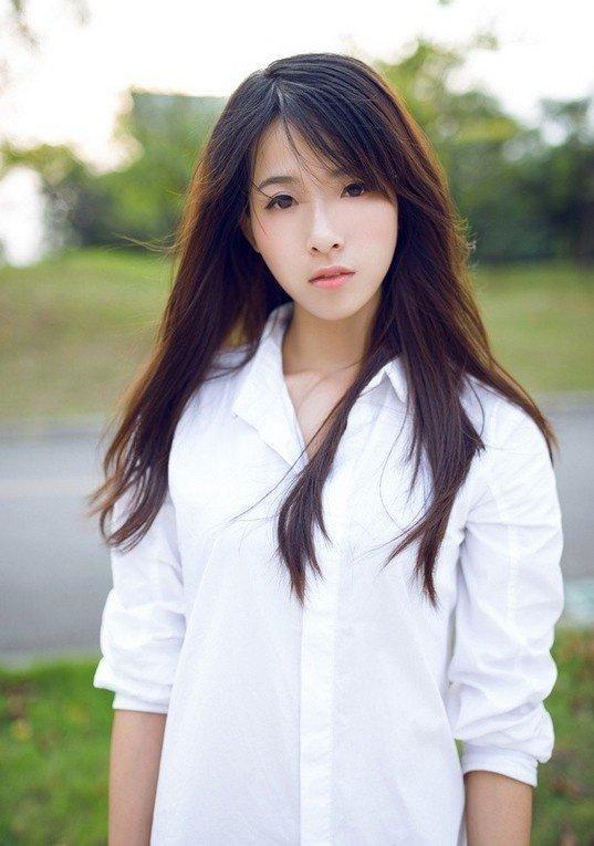 阳光白衬衫美女凌乱秀发性感撩人写真图片